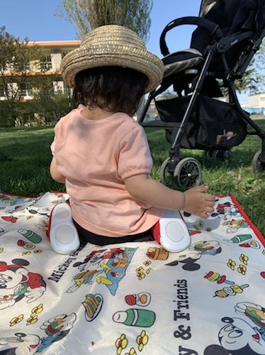 ピクニックをする1歳児