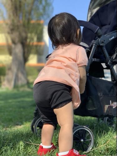公園で遊ぶ1歳児